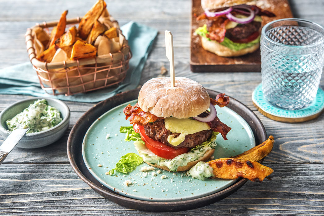 Saftiger Cheeseburger aus Rindfleisch mit Bacon